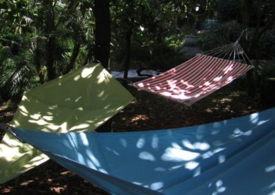 03-wikihostel.it-outdoor-hammocks